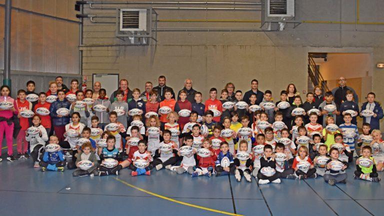 Remise de ballons aux enfants des écoles de rugby en pays Catalan.