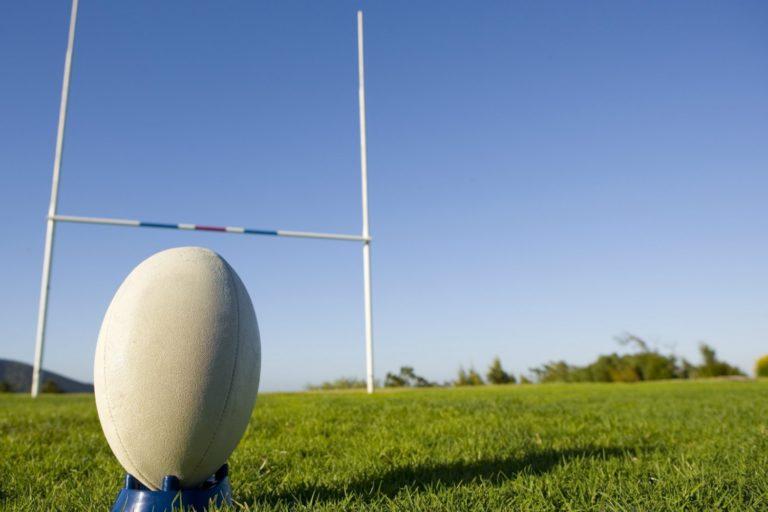 Deux rugbys main dans la main